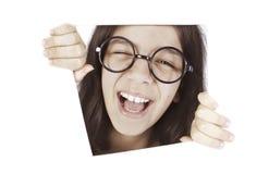 Glückliches Jugendlichmädchen lächelt im Fenster Lizenzfreie Stockfotografie