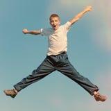 Glückliches Jugendlichspringen Stockfotos