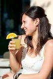 Glückliches junge Frauen-Trinken stockfotos