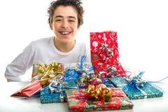 Glückliches Jungenlächeln, das Weihnachtsgeschenke empfängt Stockbilder