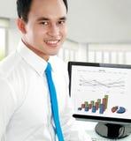 Glückliches junges asiatisches Geschäftsmannlächeln Stockfotos