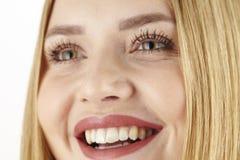Glückliches junges attraktives blondes Frauenlachen Stockfotos