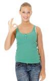 Glückliches junges blondes Frauengestikulieren vollkommen. Stockfoto