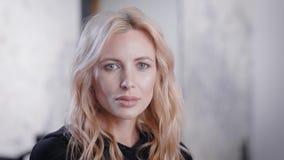 Glückliches junges blondes Geschäftsfrauporträt Innen stock video