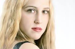 Glückliches junges Blondine-Lächeln Stockfotos