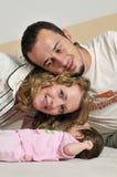 Glückliches junges Familienportrait Stockfotos