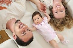 Glückliches junges Familienportrait Lizenzfreies Stockfoto
