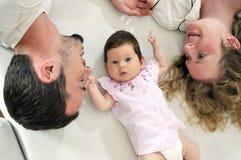 Glückliches junges Familienportrait Lizenzfreie Stockfotos