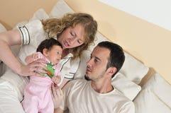 Glückliches junges Familienportrait Stockfoto