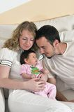 Glückliches junges Familienportrait Lizenzfreie Stockfotografie