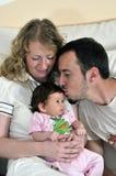 Glückliches junges Familienportrait Stockbild
