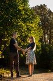 Glückliches junges Händchenhalten der Paare liebevoll und Betrachten einander in der Liebe Lizenzfreies Stockfoto