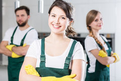 Glückliches junges Haushaltungsmädchen lizenzfreie stockbilder
