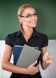 Glückliches junges Lehrerporträt lizenzfreie stockfotos