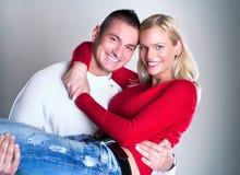 Glückliches junges liebevolles Paarumarmen stockbild