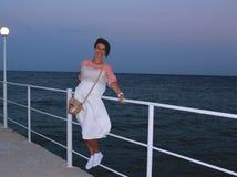Glückliches junges Mädchen auf dem Pier Stockfoto