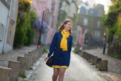 Glückliches junges Mädchen auf einer Straße von Montmartre Lizenzfreies Stockfoto