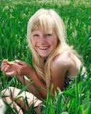Glückliches junges Mädchen auf grünem Feld Stockbilder