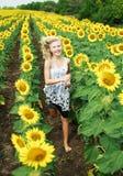Glückliches junges Mädchen, das in das Feld läuft lizenzfreie stockbilder
