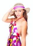 Glückliches junges Mädchen, das einen Hut am Sommer trägt Lizenzfreies Stockfoto