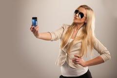 Glückliches junges Mädchen, das Fotos von macht stockfoto