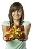 Glückliches junges Mädchen, das Geschenk hält Stockfotografie