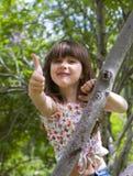 Glückliches junges Mädchen, das Glück ausdrückt Stockfotografie