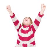 Glückliches junges Mädchen, das mit den Armen angehoben zujubelt Stockfotografie