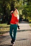 Glückliches junges Mädchen, das Rollschuhlaufen im Park genießt Stockfotos