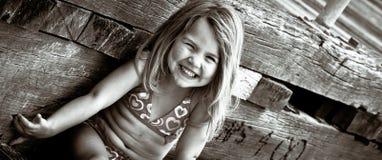 Glückliches junges Mädchen durch den Strand Lizenzfreies Stockbild