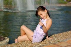 Glückliches junges Mädchen durch See Lizenzfreies Stockfoto