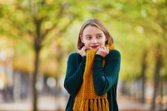 Glückliches junges Mädchen im gelben Schal gehend in Herbstpark Stockbilder