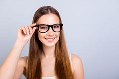 Glückliches junges Mädchen ist in stilvollen Gläsern und trägt zufälliges Unterhemd lizenzfreie stockfotos