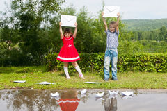 Glückliches junges Mädchen und Junge Schreiben Herein lächeln Stockfotografie