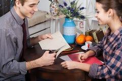 Glückliches junges Paar bereitet sich für Valentinstag vor Stockfotos