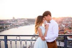 Glückliches junges Paar steht auf Hintergrund Porto stockbilder