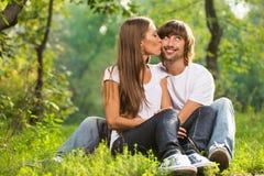 Glückliches junges Paarküssen im Freien Lizenzfreies Stockbild