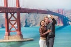 Glückliches junges Paartouristen selfie San Francisco stockbild