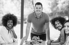 Glückliches junges Team, das bei der Arbeit lächelt Stockfotos
