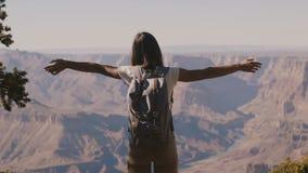 Glückliches junges weibliches touristisches, aufpassende epische Grand Canyon -Gebirgslandschaft weit wandern der Zeitluperücksei stock footage