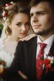 Glückliches Jungvermähltenporträt, romantisches Paar, blonde Braut mit bou Stockbild
