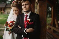 Glückliches Jungvermähltenporträt, romantisches Paar, blonde Braut mit bou Lizenzfreie Stockfotografie