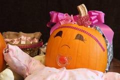 Glückliches Kürbis-Baby mit Geschenken stockfoto