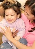 Glückliches, kicherndes Baby Stockbild
