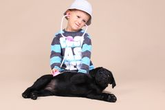 Glückliches Kind überprüfen Welpen Stockfoto