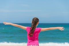 Glückliches Kind auf der Küste von tropischem Meer Stockfotos