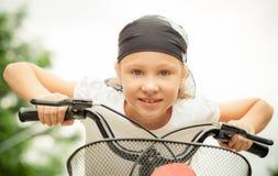 Glückliches Kind auf einem Fahrrad Stockbild