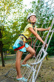 Glückliches Kind, das aktive Sommerferien genießt Stockfotografie