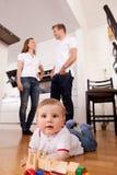 Glückliches Kind, das auf Fußboden spielt Stockfotos