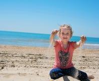 glückliches Kind, das auf sandigem spielt Lizenzfreie Stockfotografie
